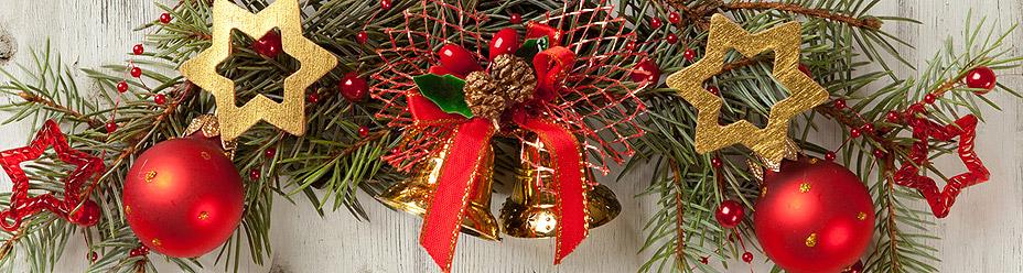 Stroik świąteczny wywieszony na ścianie