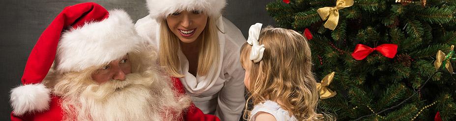 Święty Mikołaj wręcza prezent dziewczynce