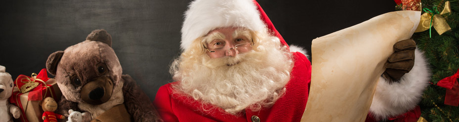 Święty Mikołaj czyta listę prezentów