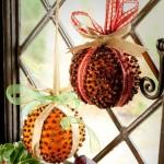 Tradycyjne ozdobione pomarańcze w święta bożego narodzenia.