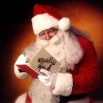 Święty Mikołaj sprawdzający listę z prezentami.