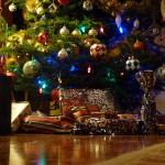 Ozdobiona choinka razem z prezentami.