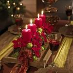 Świece ozdobione dodatkami świątecznymi.
