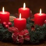 Zdobione świece świąteczne podczas wigilii.