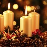Wieniec dekoracyjny oraz świece świąteczne.
