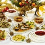Tradycyjne świąteczne potrawy na stole wigilijmnym.